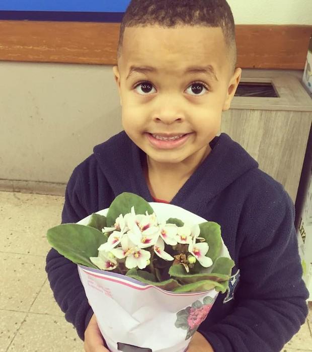 O pequeno Diogo, de 4 anos, levou flores para a coleguinha e pediu desculpas (Crédito: Reprodução)