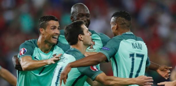 CR7 comemora gol com companheiros