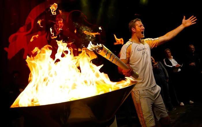 O jogador de vôlei Gustavo Endres conduziu a tocha olímpica durante o revezamento no interior do Rio Grande do Sul nesta semana e a mulher dele publicou um desabafo nas redes sociais. (Crédito: Reprodução)