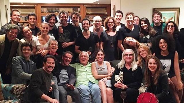 Antônio Fagundes reúne estrelas em jantar e foto bomba na web (Crédito: Reprodução)