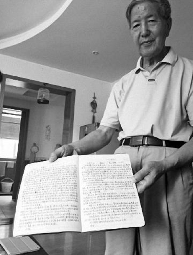 Homem escreve carta para esposa (Crédito: Reprodução)