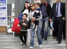 Wanessa Camargo embarca com os dois filhos em aeroporto de SP