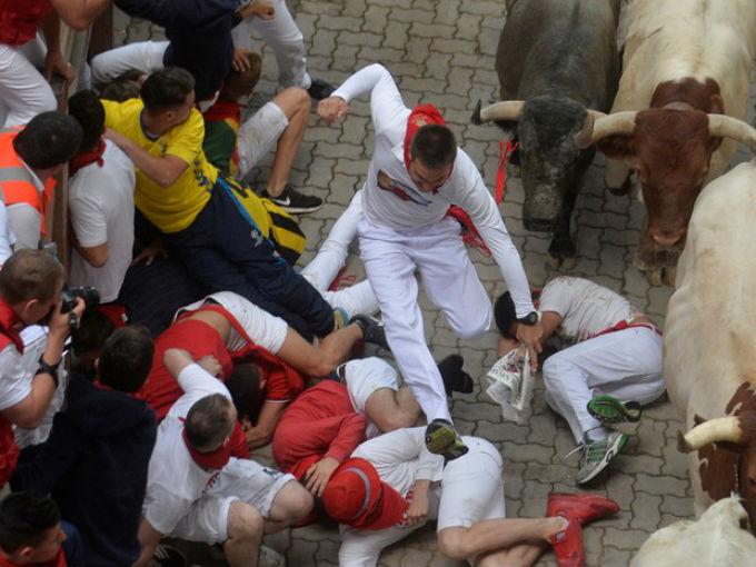 Durante Festival de São Firmino, corredores caem no chão
