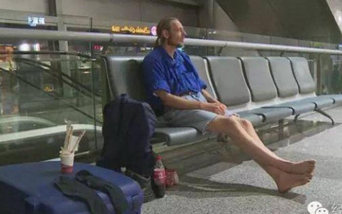 Ele ficou morando 10 dias no aeroporto a base de miojo (Crédito: Reprodução/CCTVNews)