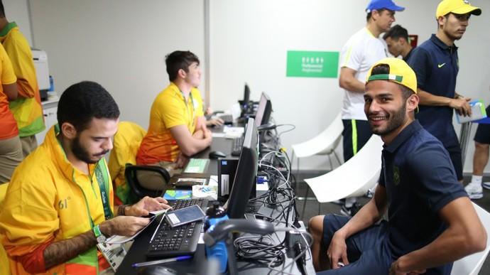 O volante Thiago Maia sorri enquanto aguarda a sua credencial  (Crédito: Divulgação/ CBF)