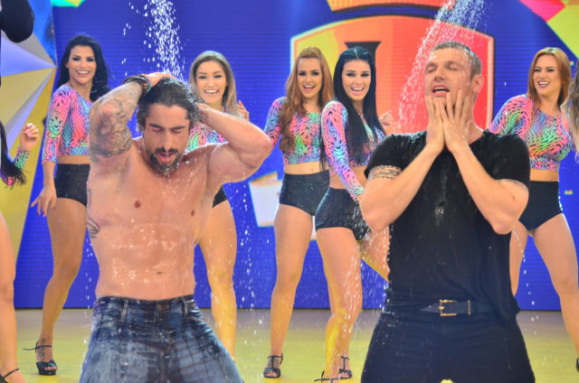 Marcos Mion sensualiza em banho com Nick Carter, do Backstreet Boys (Crédito: Reprodução)