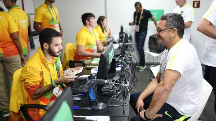 O técnico Rogério Micale posa para a foto da credencial  (Crédito: Divulgação/ CBF)