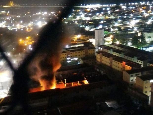 Criminosos incendiaram três motos e dois carros no anexo da Secretaria Municipal de Mobilidade