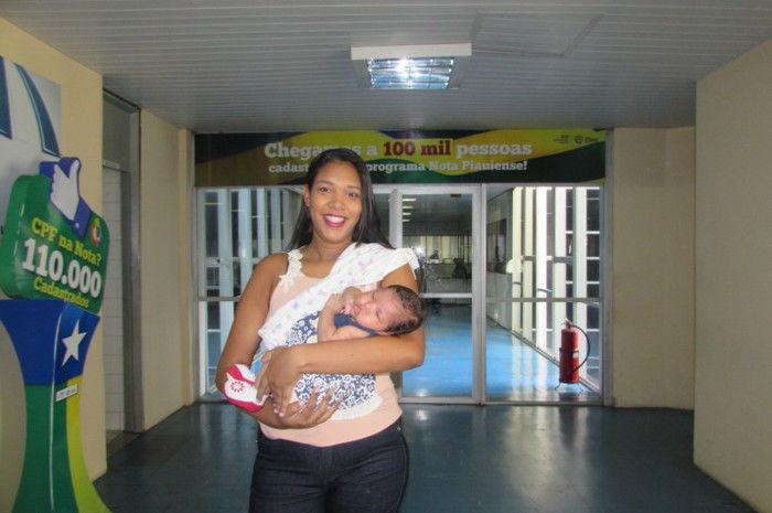 Jéssica da Silva, com a filha de um mês, ganhadoras da Nota Piauiense (Crédito: Reprodução)