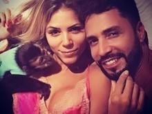 Latino posa em momento íntimo com modelo e macaco de estimação