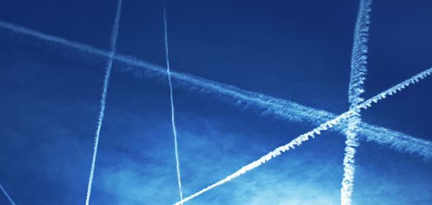 Saiba o que é a linha branca deixada pelos aviões no céu