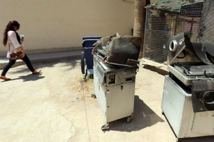 Incubadoras carbonizadas foram deixadas em uma das entradas do hospital Yarmouk
