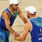 Mesmo com dor, Alison e Bruno vencem italianos e avançam na praia