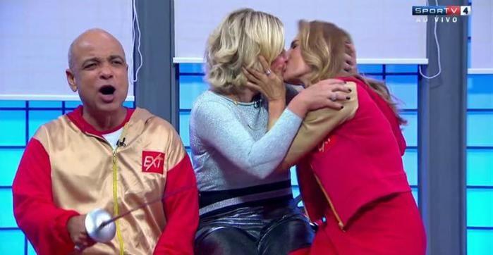 Maitê Proença beija Astrid Fontenelle na boca em programa de TV (Crédito: Reprodução)