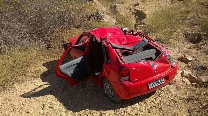 Veículo capotou em uma ribanceira fora da rodovia
