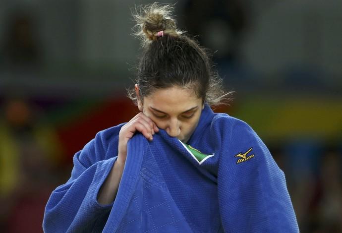 ayra Aguiar beija a bandeira do Brasil no quimono (Crédito: Reuters)
