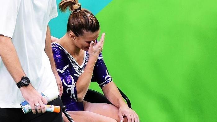 Jade Barbosa deixa arena de cadeira de rodas após se machucar em disputa no solo (Crédito: Getty)