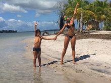 Aline Riscado posa com o filho e mostra o corpão em praia