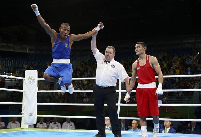 Boxeador baiano Robson Conceição comemora muito a vitória sobre Hurshid Tojibaev (Crédito:  Peter Cziborra / Reuters)
