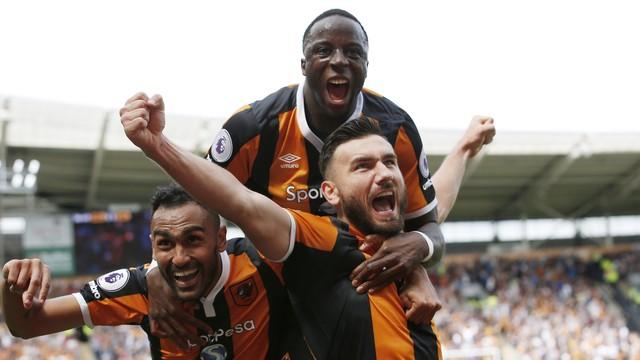 Jogadore do Hull comemoram gol diante do Leicester (Crédito: Reuters)