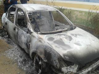 Veículo foi totalmente carbonizado (Crédito: Reprodução)
