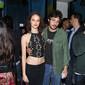 Chay Suede faz show acompanhado da namorada no Rio