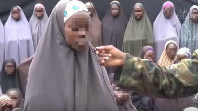 Uma das meninas é vista respondendo perguntas de um dos militantes (Crédito: Reprodução)
