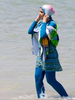 Jovem muçulmana usa burquíni em praia no Egito  (Crédito: Divulgação)