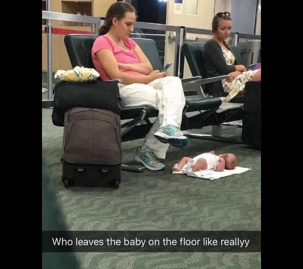 Mãe se explica por deixar filho no chão de aeroporto