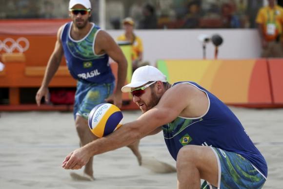 Dupla brasileira Alison e Bruno vence os americanos e chega às quartas de final  no volei de praia (Crédito: Reuters)