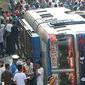 Ônibus cai de penhasco de 300 metros e cerca de 33 pessoas morrem