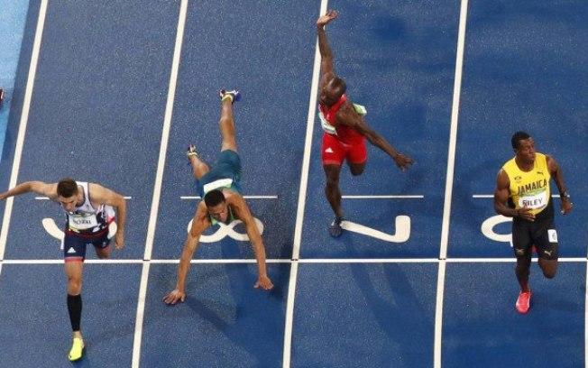 Para chegar à final dos 100 metros com barreira, brasileiro deu um 'peixinho'