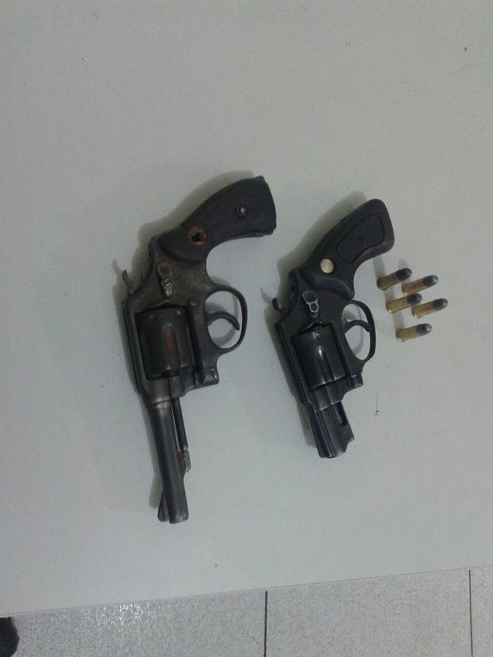 Dois homens são presos por porte ilegal de arma de fogo (Crédito: Reprodução)