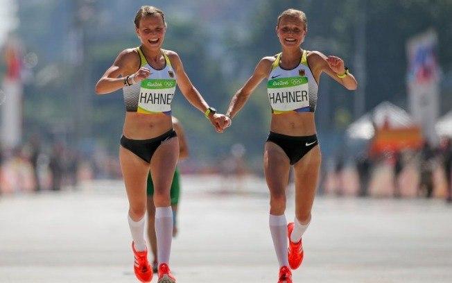 Lisa e Anna Hahner cruzaram a linha de chegada juntas (Crédito: Reprodução)