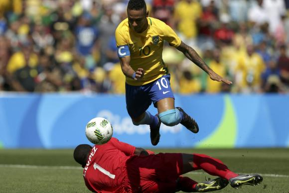 Neymar em lance que originou o 1º gol da seleção (Crédito: Reuters)