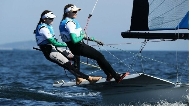 Martine Grael e Kahena Kunze durante a disputa da classe 49er FX  (Crédito: Reuters)