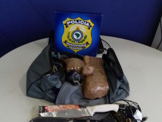 Droga apreendida com os dois suspeitos (Crédito: Divulgação/PRF)