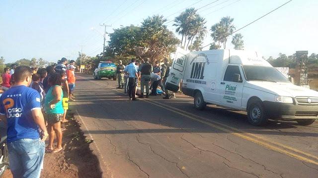 Funcionários do IML retiram o corpo da rodovia (Crédito: Reprodução)