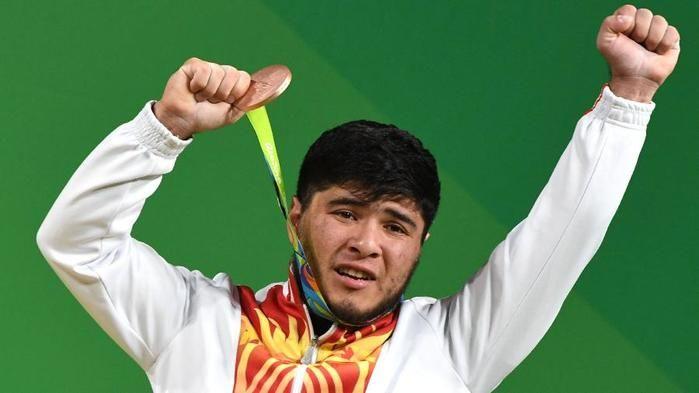 Izzat Artykov, halterofilista do Quirguistão (Crédito: Uol)