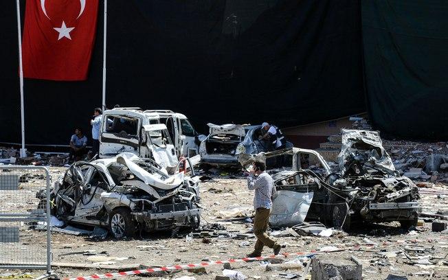 Autoridades turcas são vistas em local de explosão (Crédito: AFP)