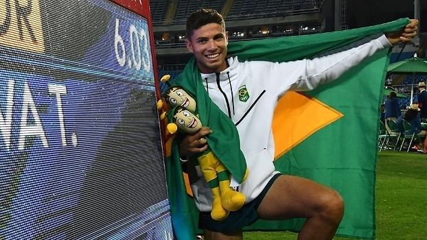 Thiago Braz posou para foto de recorde olímpico com Chapolim na mão (Crédito: Getty)