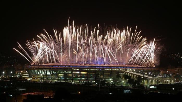 Fogos da cerimônia de abertura olímpica iluminam o céu do Maracanã (Crédito: Uol)