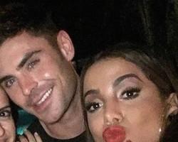 Zac Efron e Anitta trocam beijos e saem juntos de festa no Rio