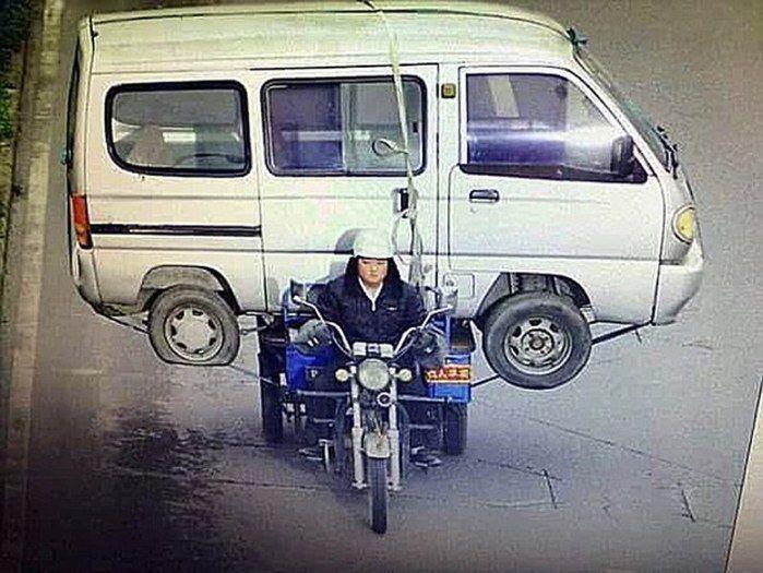 Chinês resolveu levar van em cima de triciclo