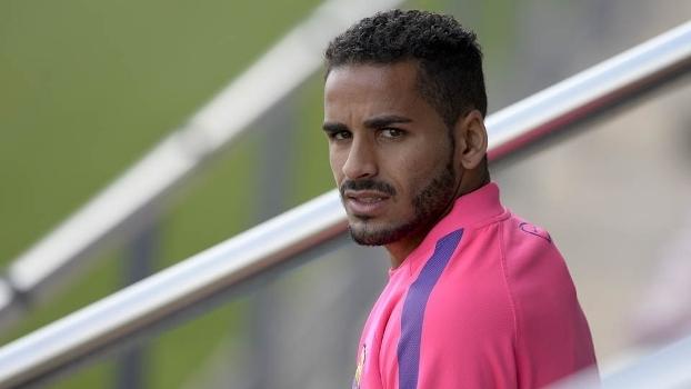 No Barcelona, Douglas pode ser trocado por jogador de basquete (Crédito: Reprodução)