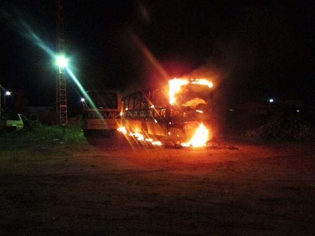 Em Pendências, ônibus foi totalmente destruído pelas chamas
