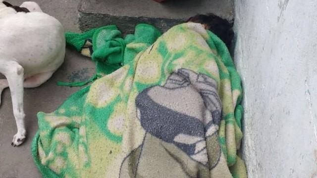 Criança dorme em laje para se abrigar dos tiros no morro do Alemão (Crédito: Reprodução)