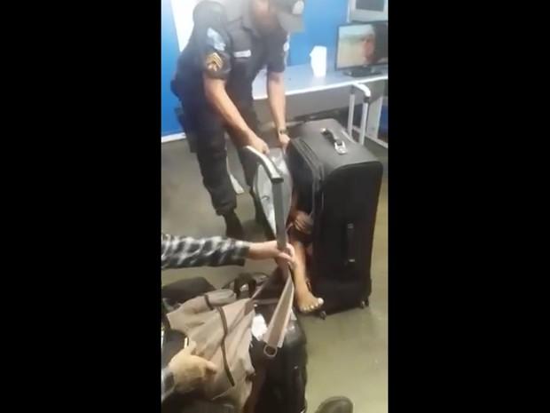 Policial encontra criança dentro de mala (Crédito: Reprodução)