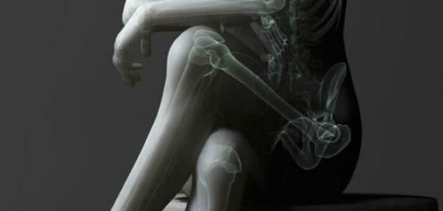 Cruzar as pernas ao sentar causa problemas sérios a saúde