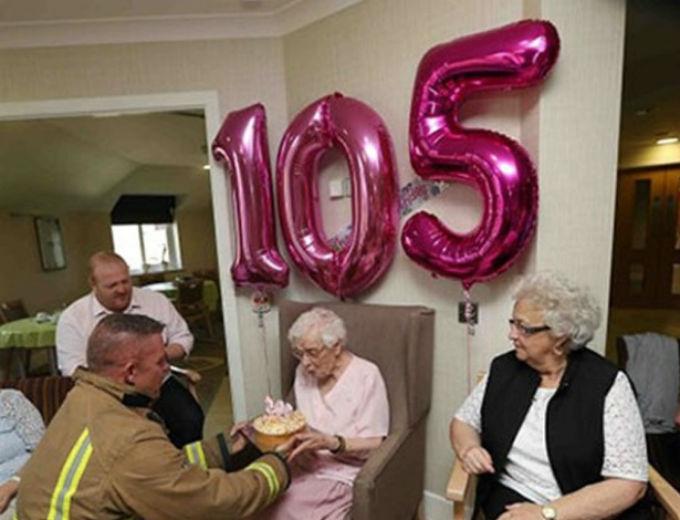 Vovó ganhou bolo das mãos de um bombeiro tatuado